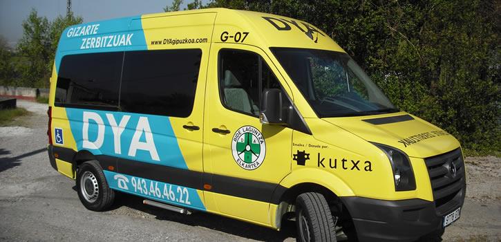 Una flota de microbuses de transporte adaptado